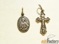 серебряный кулон-ладанка и серебряный крестик.