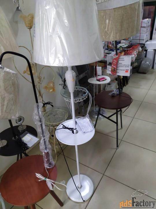торшер со столиком в белом цвете