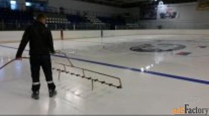 заливка льда на ледовой арене, покраска льда, нанесение разметки.
