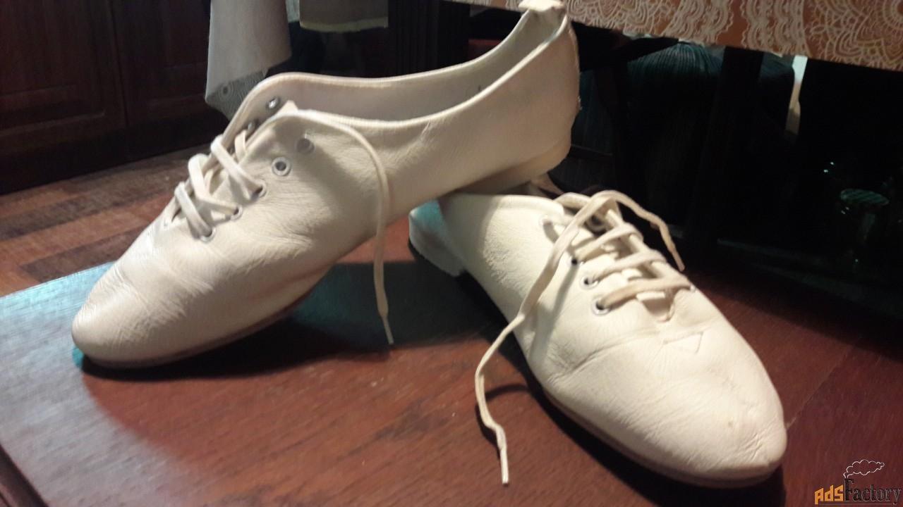 белые, мягкие балетки -полуботиночки.
