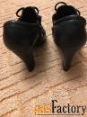 кожаные черные туфли.