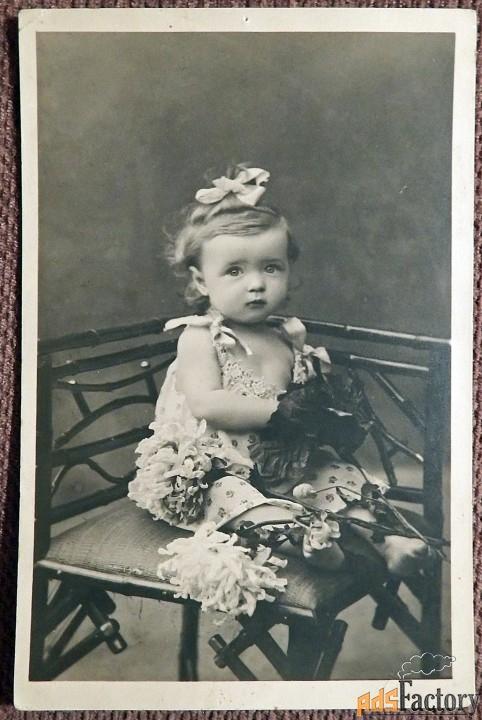 Антикварная открытка Девочка с цветами