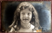 Антикварная открытка Девочка с бусами