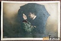 Антикварная открытка Двое под зонтом