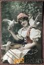 Антикварная открытка Девушка с голубями (покрытие блестками)