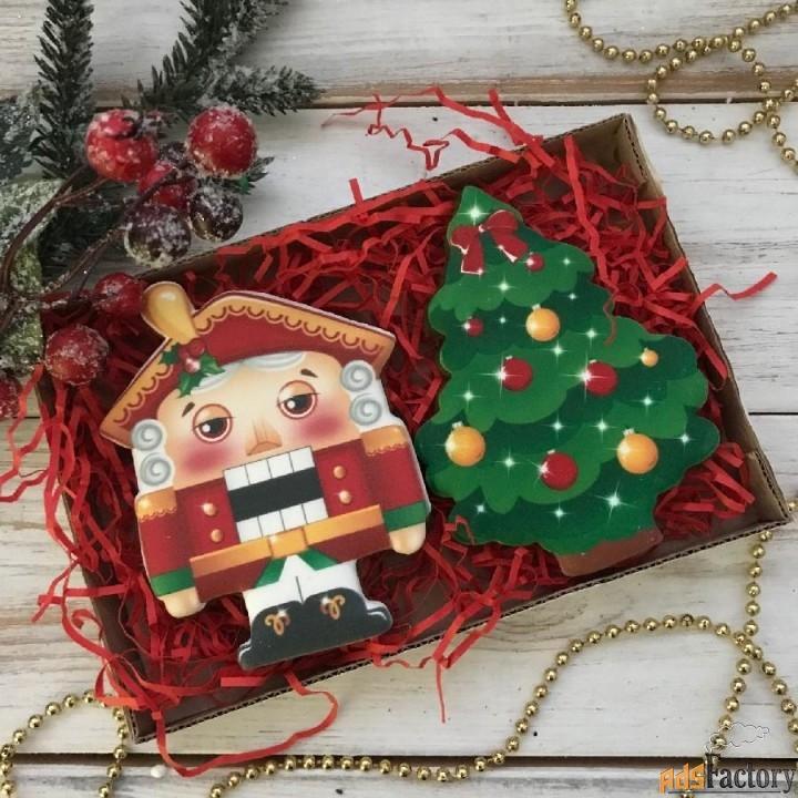 новогоднее печенье в виде елочек и елочных игрушек
