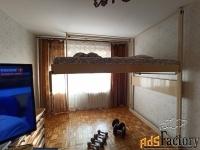 кровать, поднимаемая к потолку